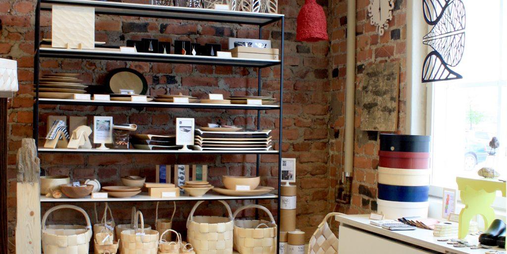 Pro Puu -myymälän tuotteita hyllyssä